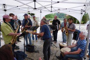 Le-Badaboum-Band-jouant-pendant-l-aperitif-du-festival-Villages-Sessions
